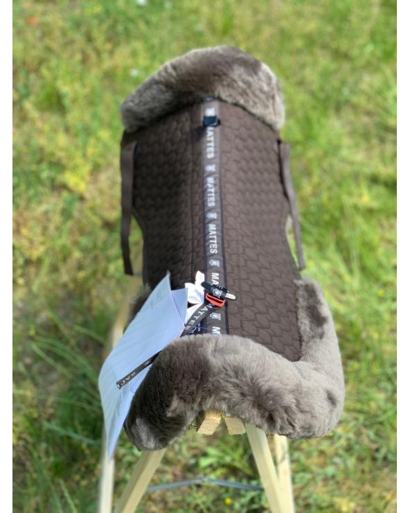 Podkładka pod siodło w całości podszyta futrem naturalnym MATTES brown Saddle Fix